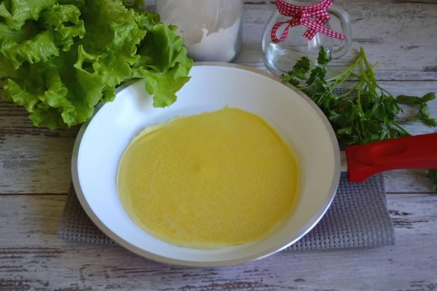 На разогретой сковороде без добавления масла обжарьте блины с двух сторон (не более 1 минуты с каждой стороны).