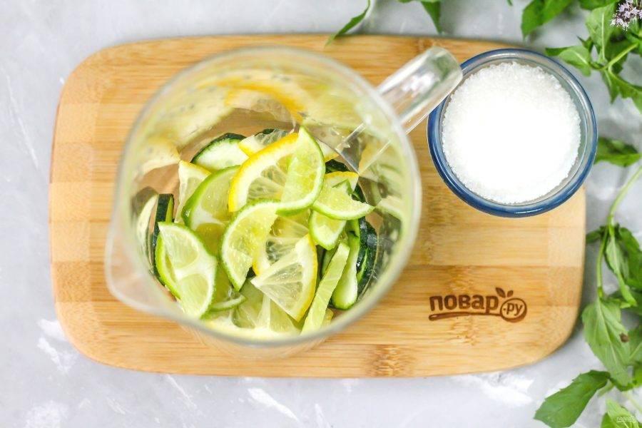 Разрежьте четвертинки лайма и лимона еще пополам, получая четвертинки. Часть их нарежьте ломтиками и высыпьте нарезки в кувшин. А из второй части выжмите сок в емкость.
