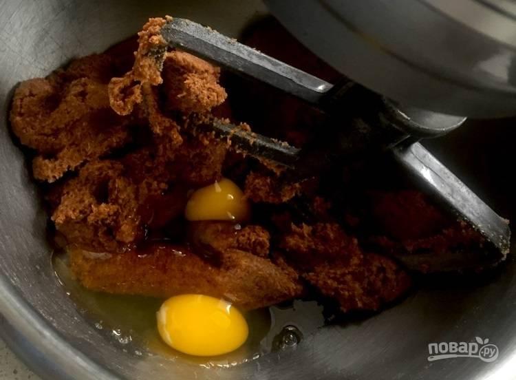 3.Добавьте куриные яйца и перемешайте хорошенько.