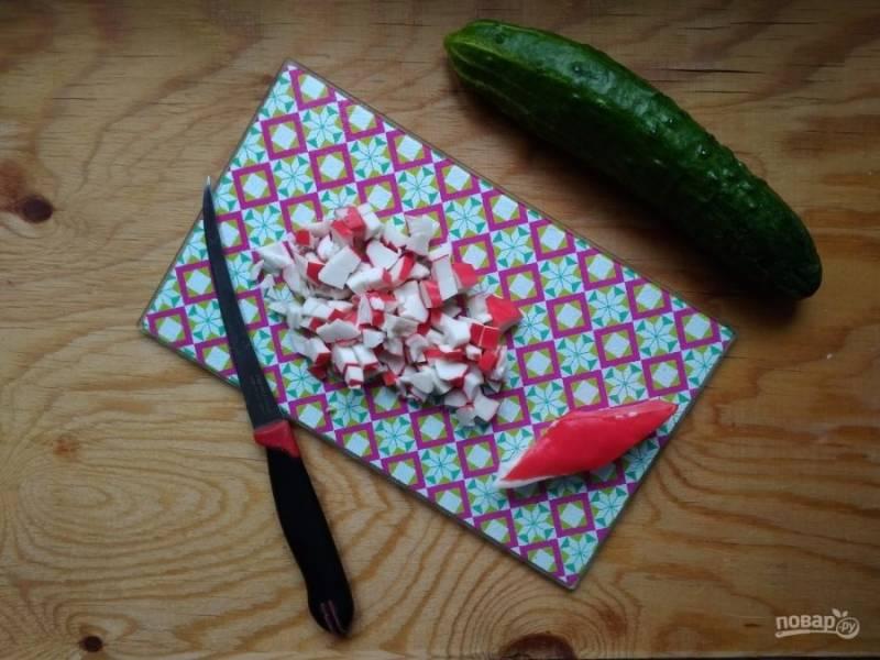4. Нарежьте мелкими кусочками крабовое мясо или палочки.