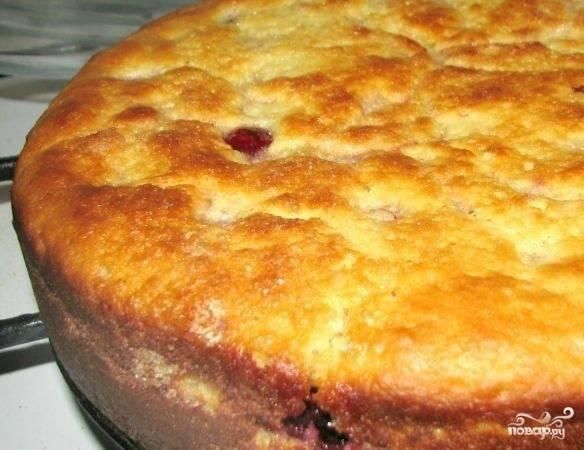 Отправляем пирог в разогретую до 180 градусов духовку на 30-40 минут. Но смотрите по своей духовке, пирог должен быть с золотой корочкой. Дайте ему немного остыть — и подавайте к чаю.