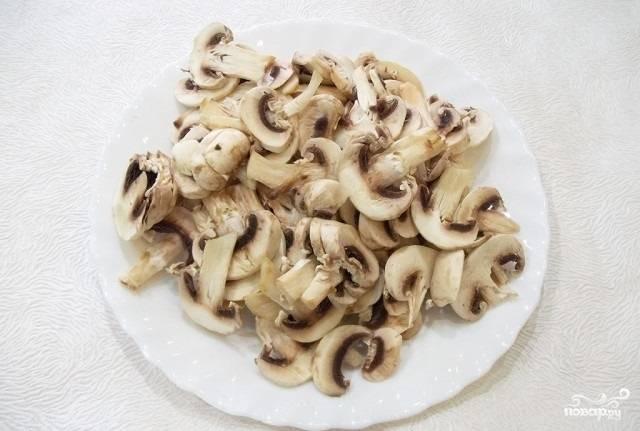 6.Берем грибы (в данном случае шампиньоны, но можно брать любые другие), нарезаем их на кусочки.