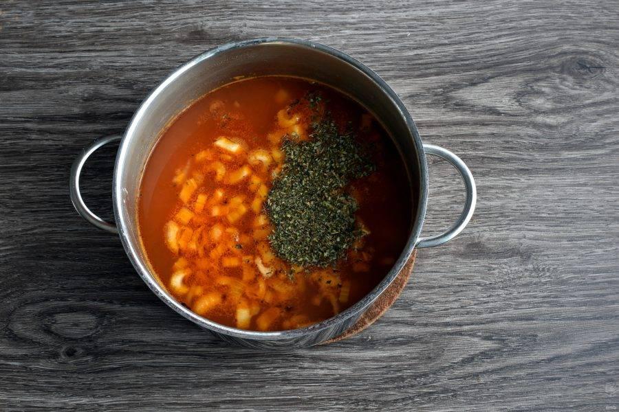 Выложите в суп тушеные с томатом овощи и дайте еще раз закипеть. Добавьте пряности и отключите нагрев. Дайте супу настояться под крышкой 15-20 минут. Так тыква дойдет и не разварится.