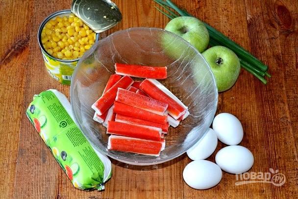 Яйца отварите вкрутую. Подготовьте все остальные ингредиенты.