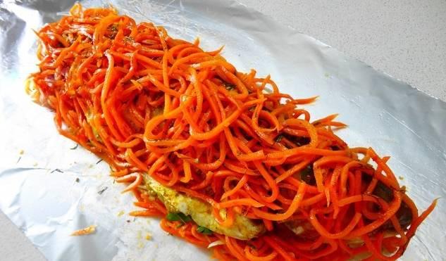 Сверху на рыбу равномерным слоем укладываем оставшуюся морковь.