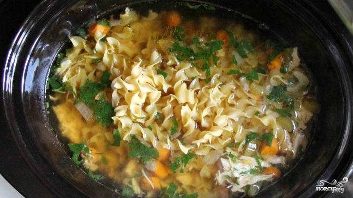3. Перед концом готовки бросаем соль и вермишель. Варим еще немного - и подаем горячим!