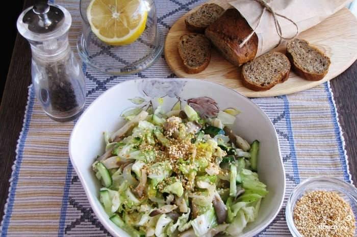 4. Перед подачей посыпаем салат кунжутом. Готово!