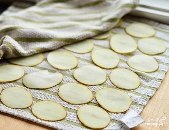 Затем просушиваем картофель при помощи кухонного полотенца.