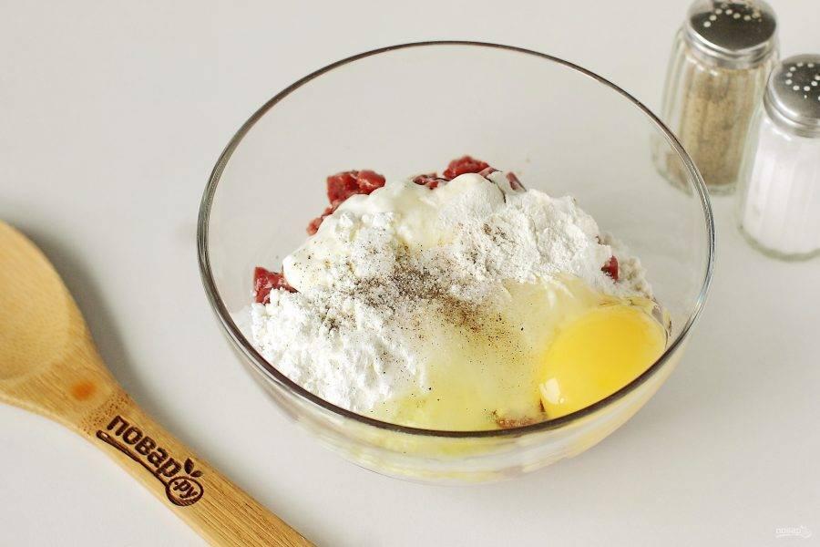 Добавьте к печени сметану, муку, крахмал, яйцо, соль и перец по вкусу.