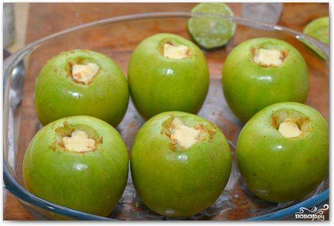 """Каждое яблоко """"затыкаем"""" пробкой из сливочного масла. Ставим форму для выпекания в духовку и выпекаем 45-50 минут при 200 градусах - до мягкости яблок."""