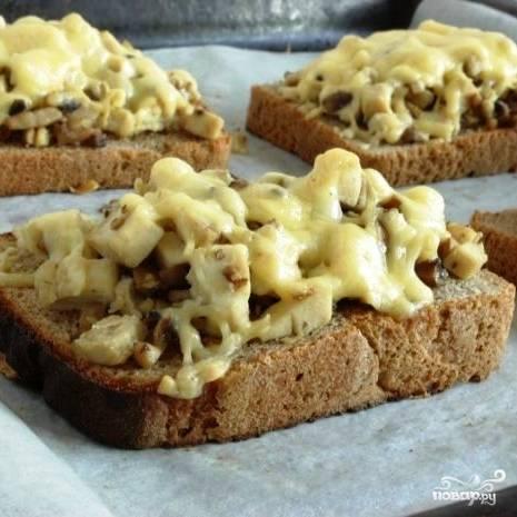 Запекаем около 10 минут в духовке - чтобы расплавился сыр. Гренки с шампиньонами готовы! :)