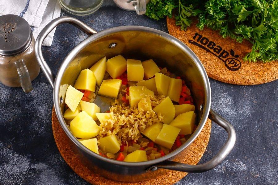 Картофель нарежьте крупными кубиками, добавьте в емкость вместе с пастой Орзо. Аккуратно перемешайте.