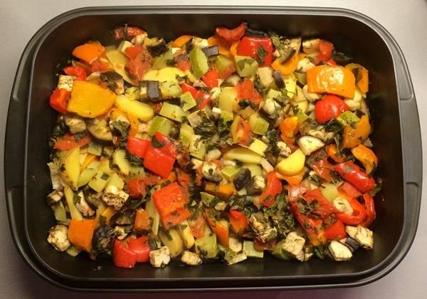 Разогрейте духовку до 200 градусов, поместите в нее овощи, готовьте 30 минут. Затем присыпьте блюдо петрушкой. Температуру увеличьте до 220 градусов. Готовьте еще 15 минут.