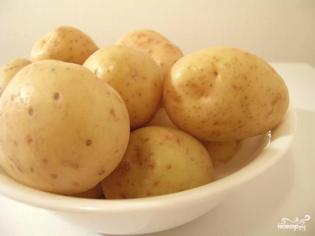Картофель вымыть и очистить от кожуры. У молодых корнеплодов ее можно не удалять.