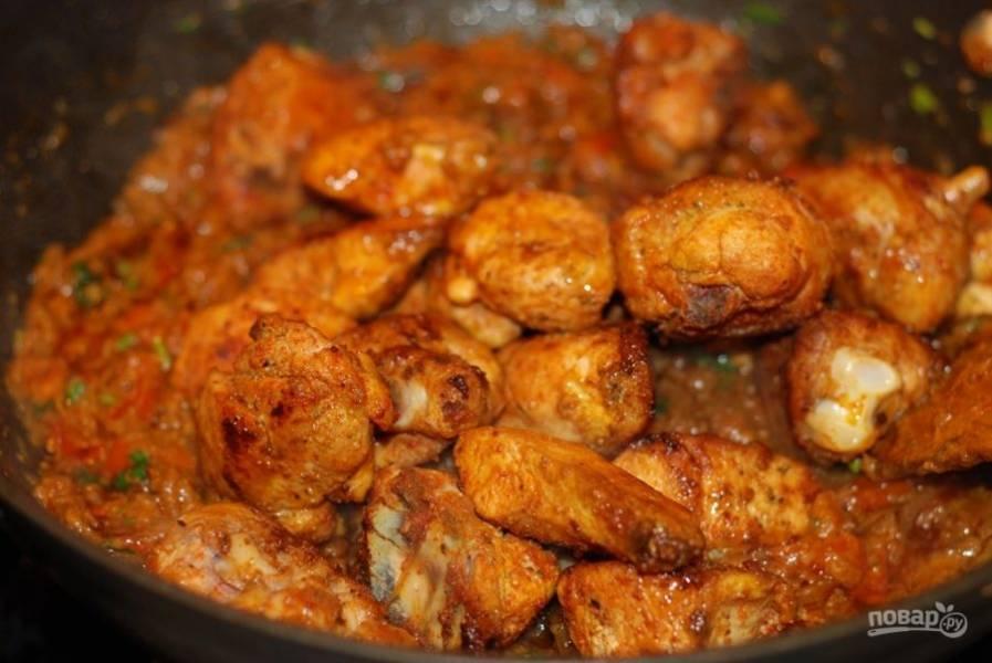 6. Поместите курицу в сковороду с луком и протушите ее в соусе пару минут.