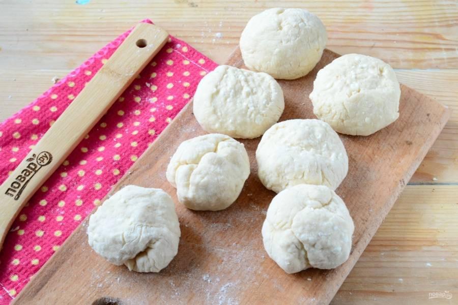 Сформируйте из теста колбаску и порежьте ее на небольшие кусочки. Из каждого кусочка сформируйте шарик.