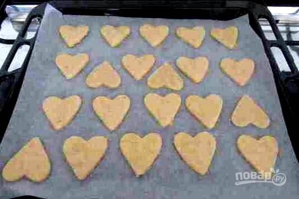 5.Выложите печенье на противень, покрытый пергаментной бумагой.