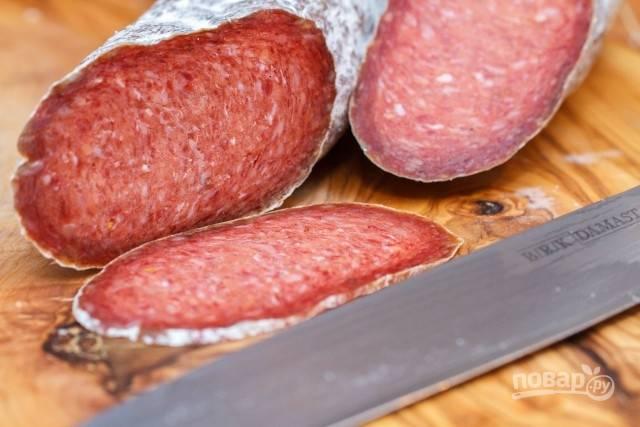С готовой колбасы удалите бечевку и счистите плесень. Порежьте перед подачей! Приятной дегустации!
