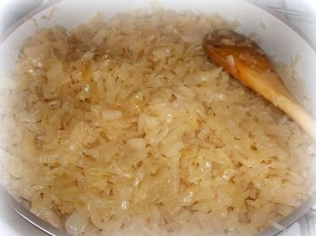 На сковородке с растительным маслом тушим капусту под крышкой. Если капуста даст мало сока, можно подлить пару ложек воды.