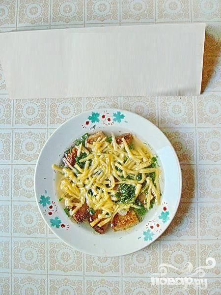 4. Залейте горячим бульоном ингредиенты и подавайте суп. Приятного аппетита!