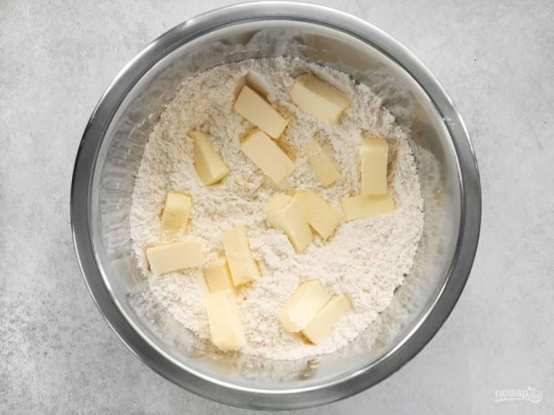 1.Смешайте муку с 1 столовой ложкой сахара и щепоткой соли, добавьте к ней нарезанное кусочками сливочное масло.