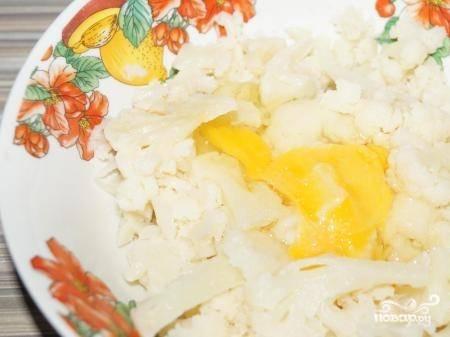 Дайте капусте немного остыть и добавьте к ней яйцо, соль, хорошо перемешайте.