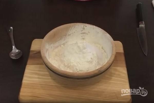 3. В муку добавляем сухие сыпучие ингредиенты: чайную ложку кукурузного крахмала (или картофельного), соль и соду. Всё, конечно же, перемешиваем.
