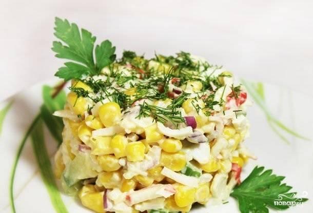 3.Добавляем в салатницу все остальные ингредиенты, солим и заправляем майонезом, перемешиваем, оставляем на 30-40 минут. Придаем необходимую форму и украшаем при подаче салат зеленью. Приятного аппетита!