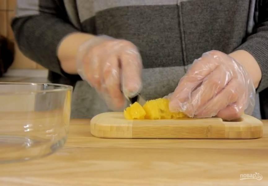 1. Желатин смешайте с холодной кипяченой водой и оставьте для набухания. Апельсиновые дольки очистите от кожицы и разрежьте на небольшие кусочки. Добавьте сахарную пудру, апельсиновый ликер и перемешайте.
