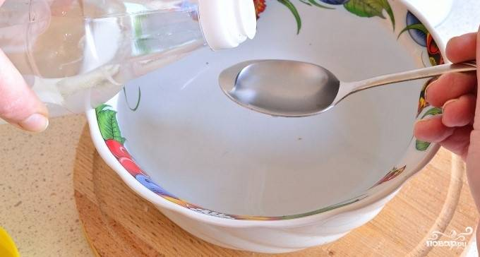 4.В холодную воду влейте уксус и добавьте соль по вкусу. Перемешивайте, пока соль полностью не растворится.