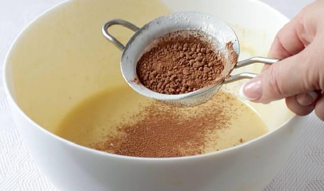5. Во вторую половину всыпать просеянное какао. Как следует перемешать, чтобы цвет теста стал равномерным. Ароматнее можно сделать торт сметанный, классический рецепт дополнив щепоткой корицы или ванилина, например.