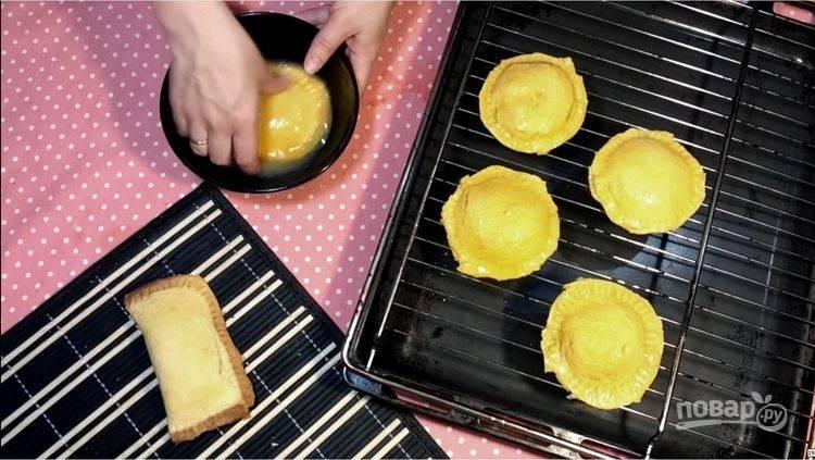 7.Разбейте куриные яйца и окуните каждый получившийся пирожок.