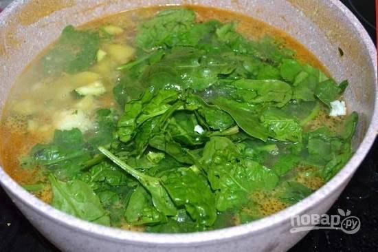 Теперь добавим промытый шпинат. Можно его нарезать, а можно добавить и целым, если листья не очень большие.