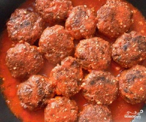 Заливаем приготовленным соусом наши тефтели, накрываем сковороду крышкой и тушим все 10-15 минут на медленном огне. Тефтели готовы, и теперь вы знаете, что готовить их проще простого. Приятного аппетита!