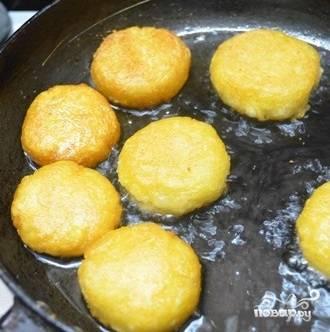 5. Даже без сухарей получится очень аппетитная корочка. Жарьте на среднем огне с двух сторон до румяности.