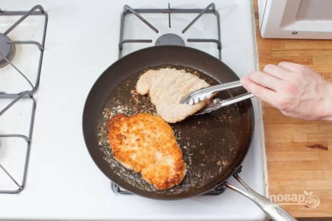 Обжарьте курочку на масле с обеих сторон, примерно по 2-3 минуты с каждой. Переложите мясо на бумажные салфетки, чтобы удалить жир.