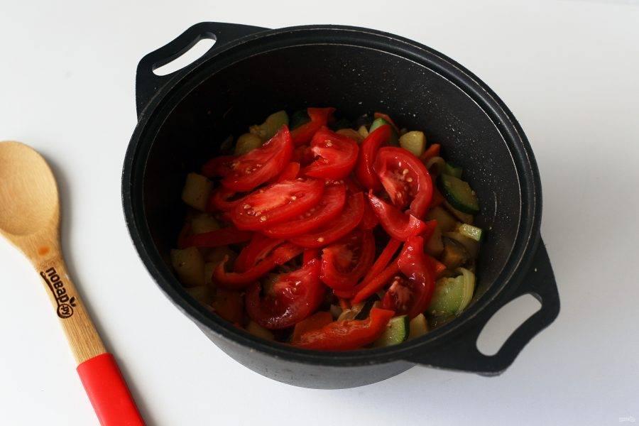 Обжарьте овощи до полуготовности и добавьте нарезанный соломкой перец и нарезанный дольками помидор.