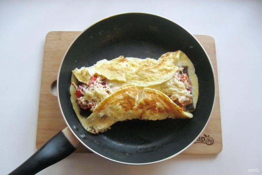 Вот так должно получится. Накройте сковороду крышкой и доведите яичницу до готовности на небольшом огне в течение 3-4 минут.