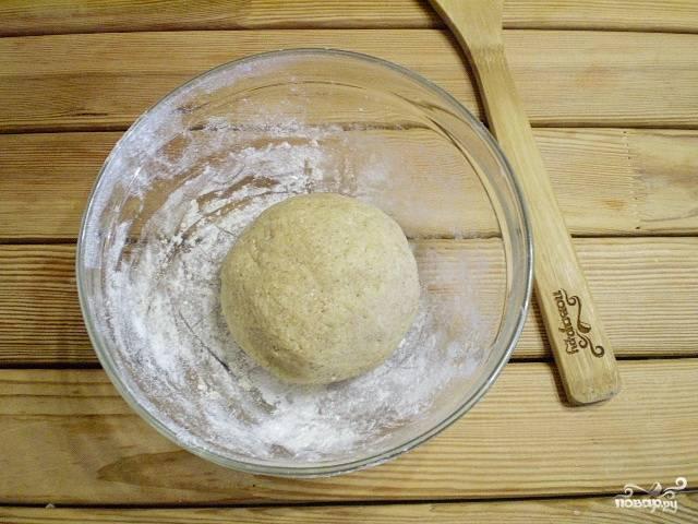 6. Время замешивать тесто. У нас должен получиться плотный, но мягкий ком.