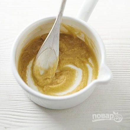 В другом сотейнике растопите сливочное масло и добавьте муку. Непрерывно перемешивая, нагревайте муку, пока не получится мучная паста светло-бежевого цвета. Проварите пасту еще 2 минуты.