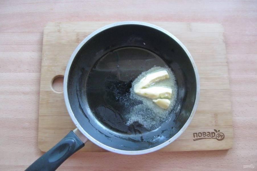 На сковороду налейте 2 столовые ложки подсолнечного масла и  выложите кусочек сливочного.