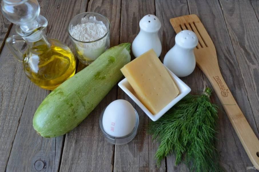 Подготовьте продукты. Вымойте кабачок, срежьте кончики. Зелень сполосните, порежьте мелко. Натрите сыр на мелкой терке.