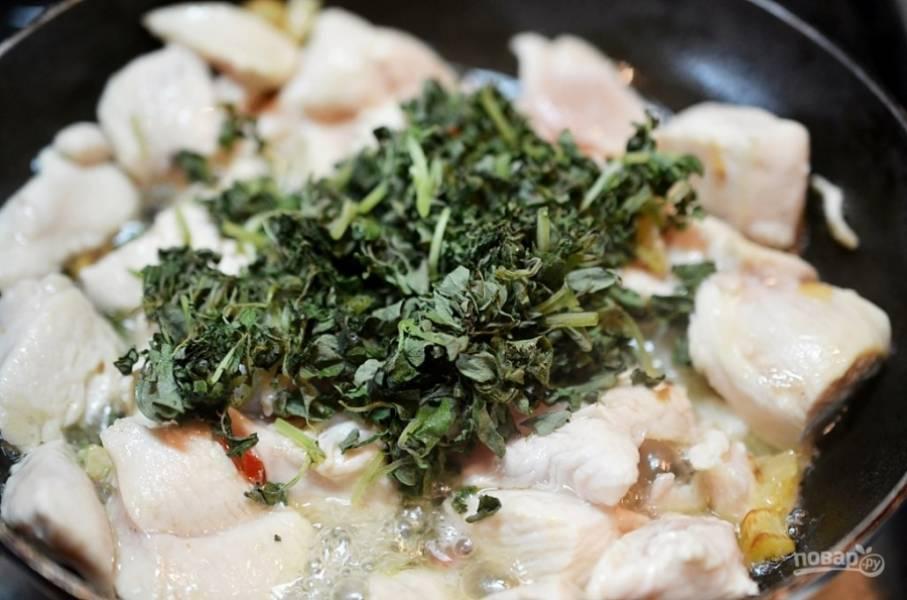 Добавьте нарезанный базилик, обжарьте ещё около 5 минут.