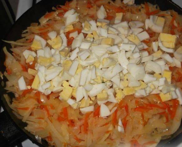 Все продукты для начинки (овощи и яйца) соедините и перемешайте.