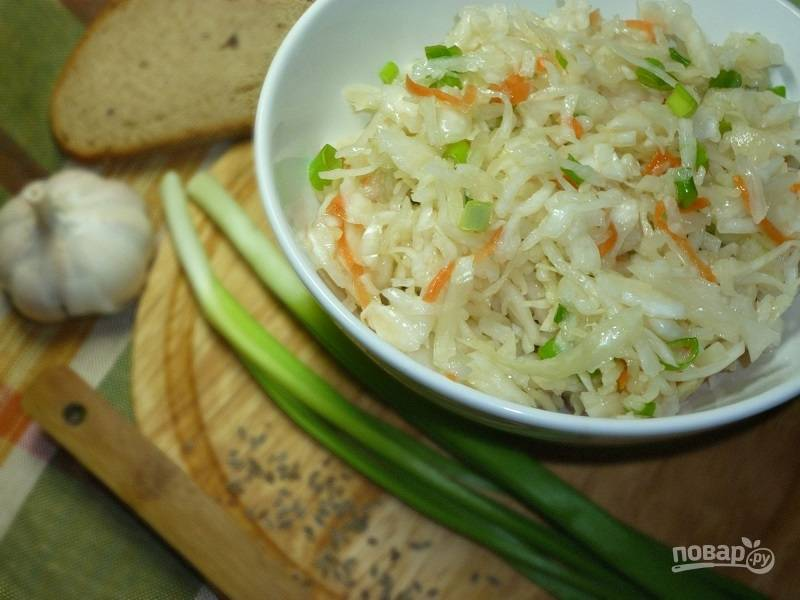 Готовую квашеную капусту переложите в банку с крышкой и уберите в холодильник. Можно добавить зелени.