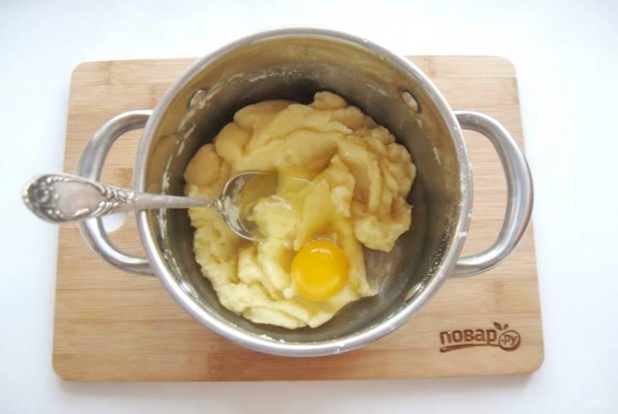 Немного охладите тесто и по одному добавьте яйца.