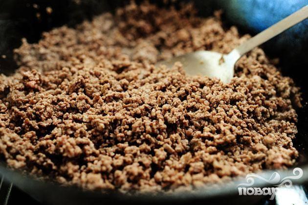 1. Выложить говяжий фарш в глубокую сковороду и обжарить вместе с чесноком (если он используется) на среднем огне до коричневого цвета. Слейте лишний жир, если он имеется.