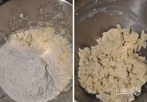 2. Небольшими порциями всыпайте просеянную муку, замешивая тесто.
