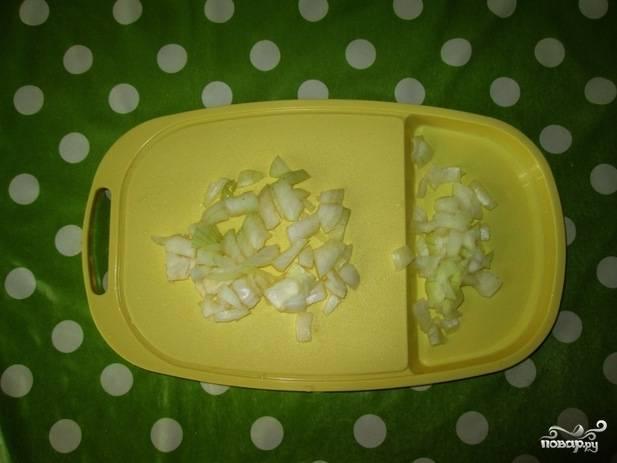 3. Очистите и измельчите лук. Его добавляют не столько для вкуса, сколько для того, чтобы картофель не потемнел.