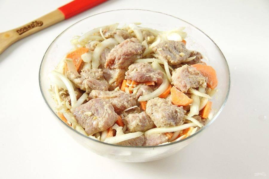 Тщательно все перемешайте. Накройте миску пищевой пленкой и уберите в холодильник на 3-4 часа. Можно на ночь.